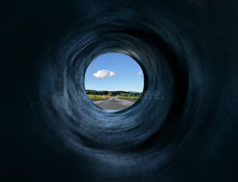 дорога отсутствующей далекой земли мистическая, котор нужно проложить тоннель стоковое фото rf