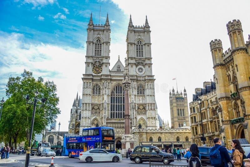 Дорога перед Вестминстерским Аббатством вполне автомобилей, автобусов и туристов в городе Вестминстера, Лондона, Великобритании стоковое фото rf
