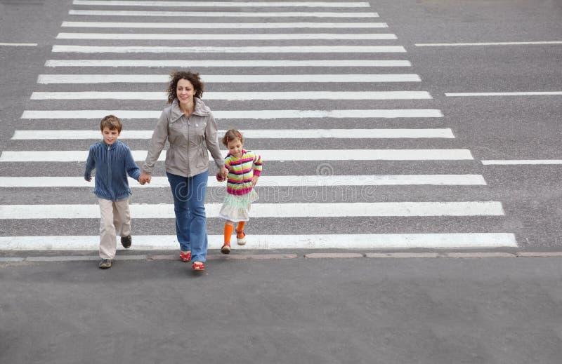дорога перекрестной семьи идя к стоковое фото