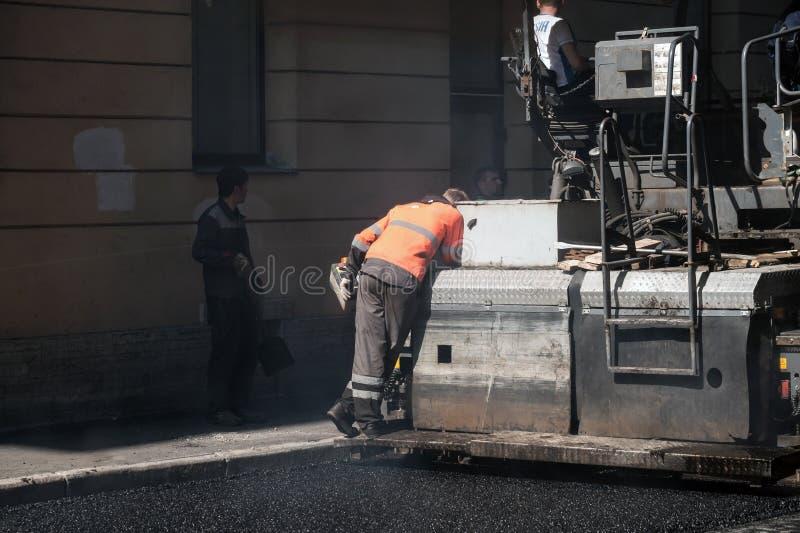 Дорога под конструкцией, оператором работает на paver стоковые фотографии rf