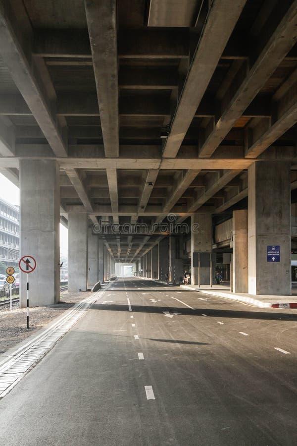 Дорога под MRT стоковая фотография