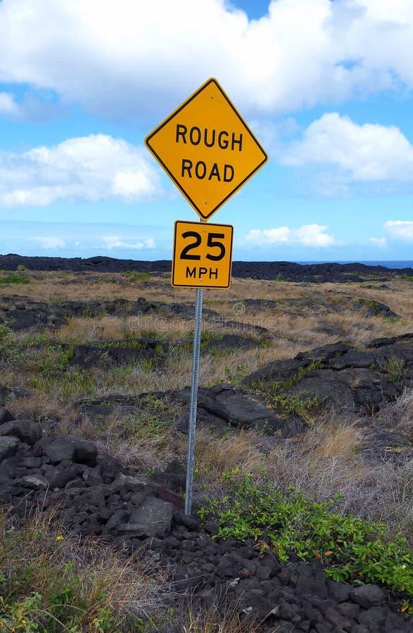 Дорога предупредительного знака грубая стоковое фото