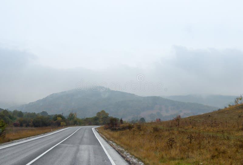Дорога предыдущее, ненастное утро Transylvania, Румыния стоковое фото rf