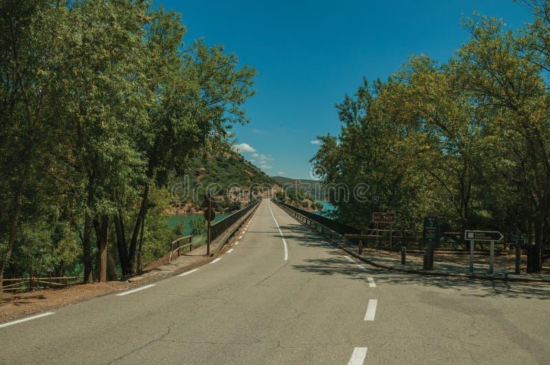 Дорога пропуская за мост на Реке Tagus стоковая фотография rf
