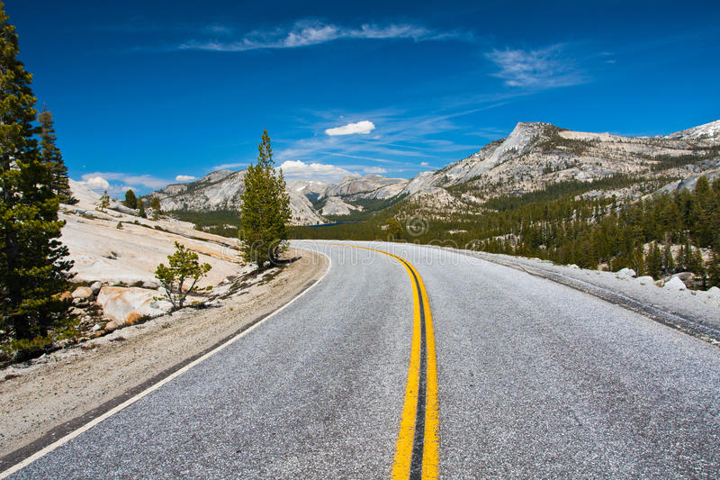 Дорога пропуска Tioga в национальном парке Yosemite, Калифорнии стоковое фото