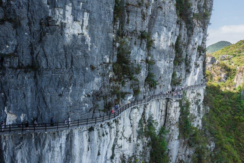 Дорога планки halfway вверх по холму стоковая фотография
