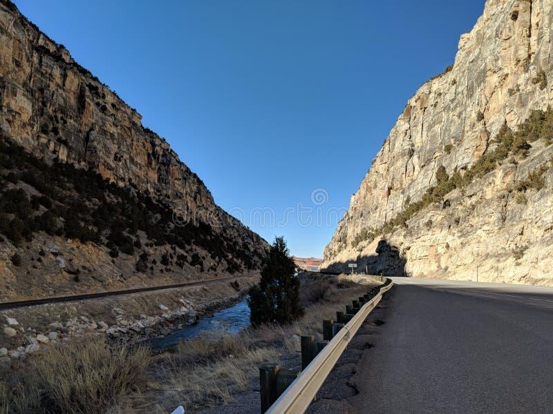 Дорога рядом с рекой в Вайоминге стоковое фото rf