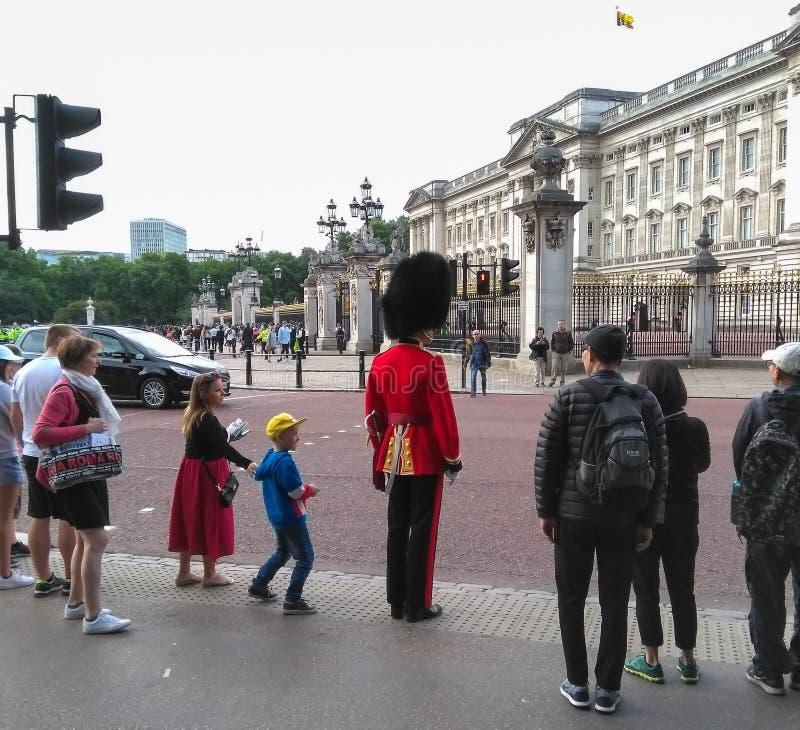 Дорога скрещивания предохранителя ` s ферзя королевская вне Букингемского дворца в Лондоне, Англии стоковое фото