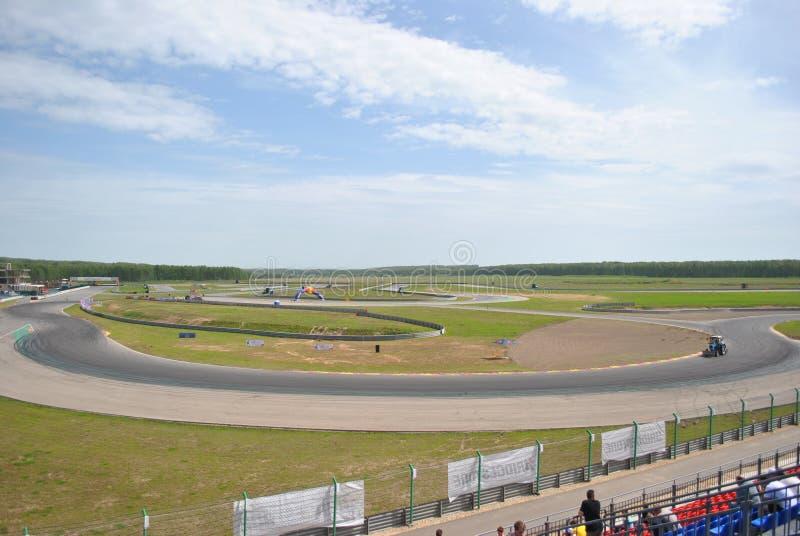 Дорога, след, асфальт, кольцо участвует в гонке Конкуренции Sportscar настраивая на настроенных автомобилях в смещении rds стоковая фотография
