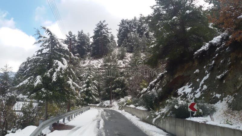 Дорога снега зимы к горе стоковые фото