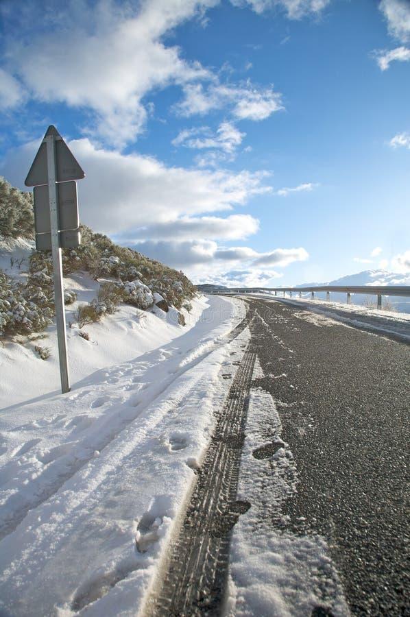 Дорога снежка и задний знак стоковое фото rf