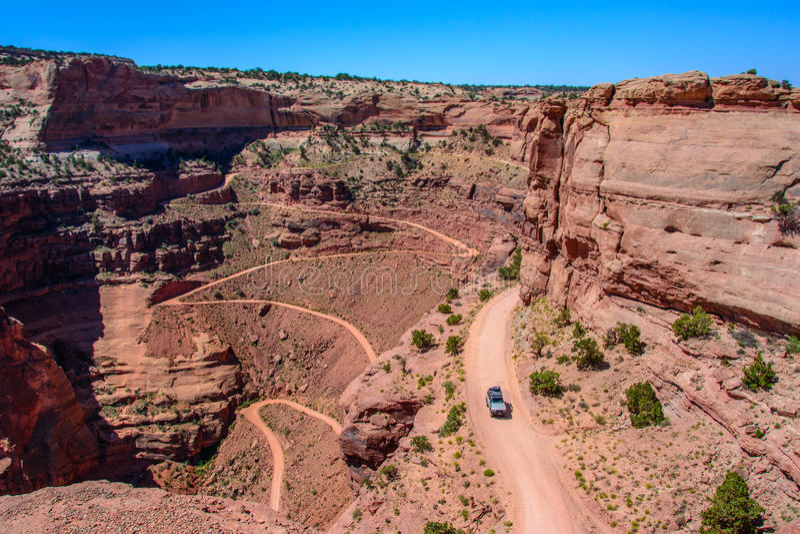 Дорога следа Shafer замотки в национальном парке Canyonlands, Moab Юте США стоковые изображения rf