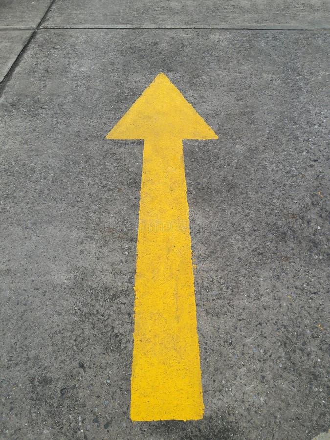 Дорога с желтой стрелкой стоковая фотография