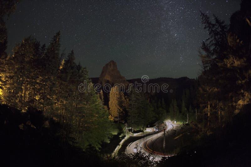 Дорога УЩЕЛЬЯ BICAZ curvy на ноче стоковые изображения