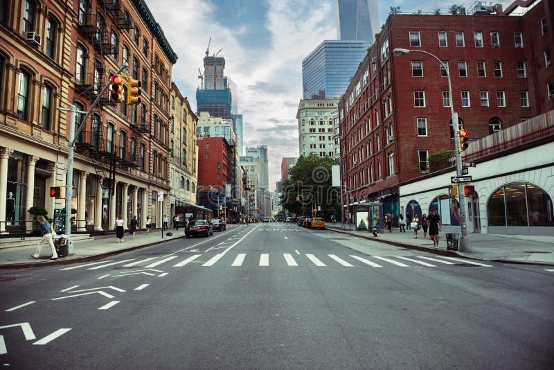 Дорога улицы Нью-Йорка в Манхаттане на временени Городская большая предпосылка концепции городской жизни стоковая фотография rf