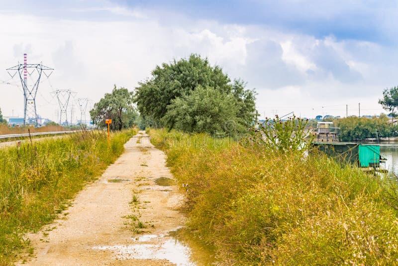 Дорога, хаты и опоры стоковые фото