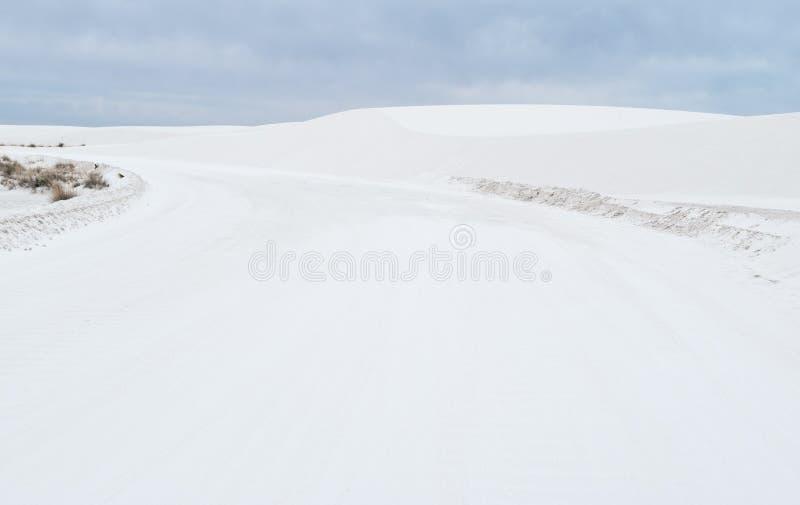 Дорога через белый национальный монумент песков стоковое изображение rf