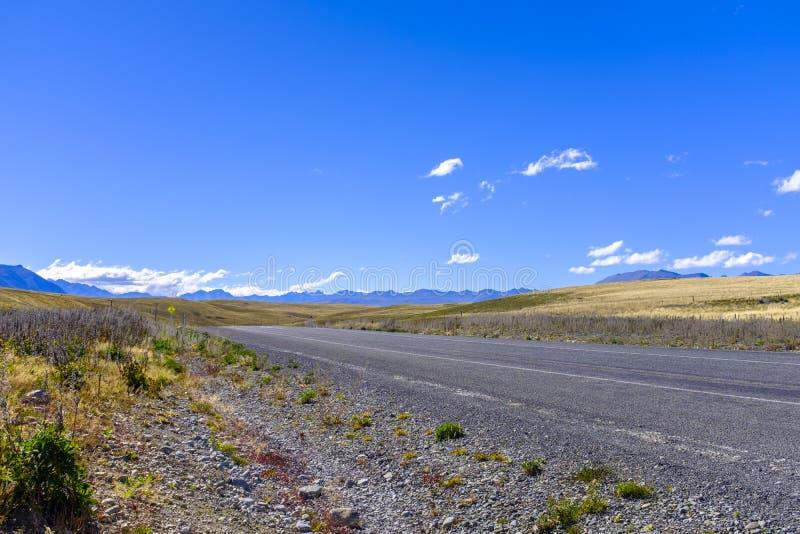 Дорога через высокогорную окружающую среду стоковое изображение