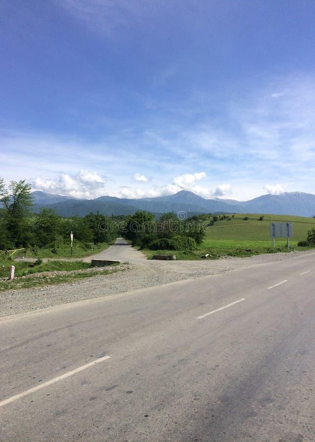 дорога через долину и горизонт гор стоковое фото