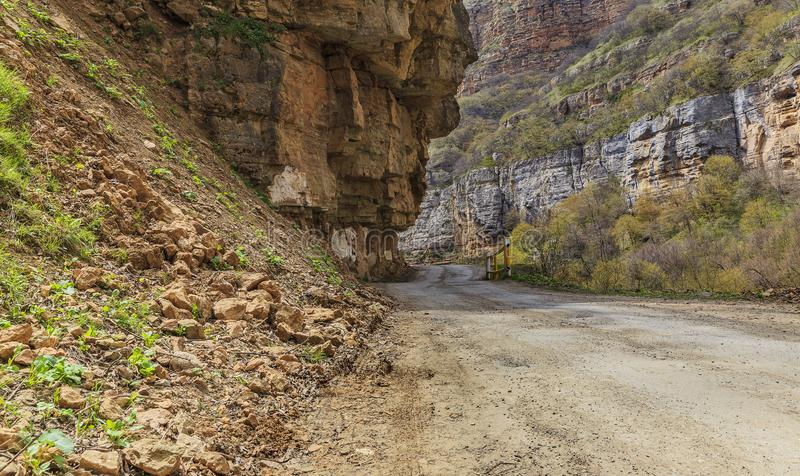 Дорога через каньон водя к деревне Khinalig стоковая фотография