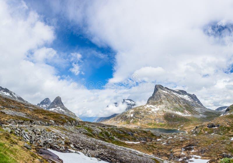 Дорога через проход горы к пути trolles спускает, Trollstigen, муниципалитет Rauma, больше og Romsdal, графство, Норвегия стоковое фото