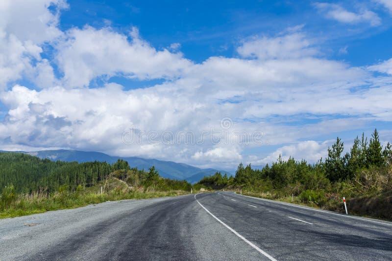 Дорога через холмистую сельскую местность стоковые изображения rf