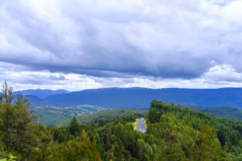 Дорога через холмистую сельскую местность стоковые фотографии rf
