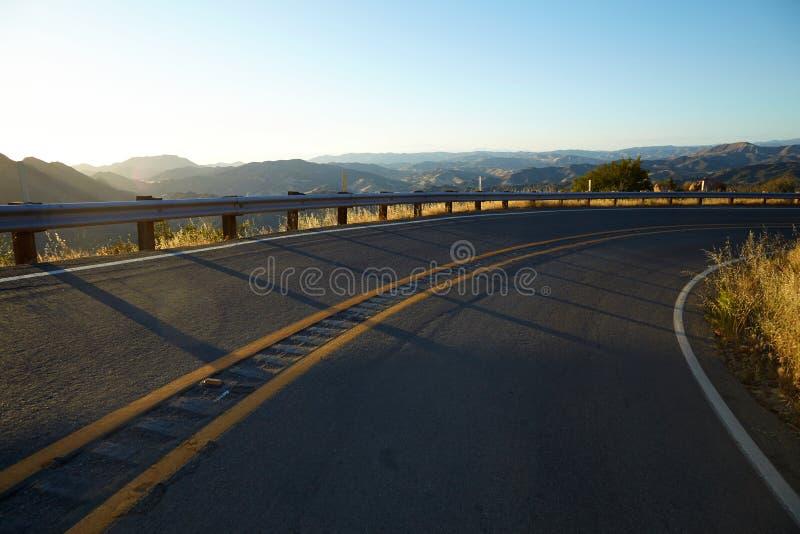Дорога через холмы в Malibu на заходе солнца стоковые фотографии rf