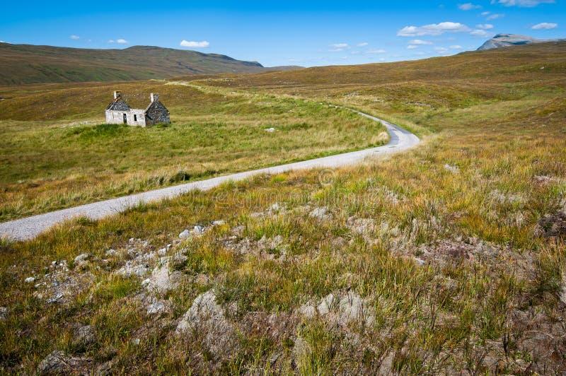 дорога curvy сельского дома сиротливая близкая стоковые фото