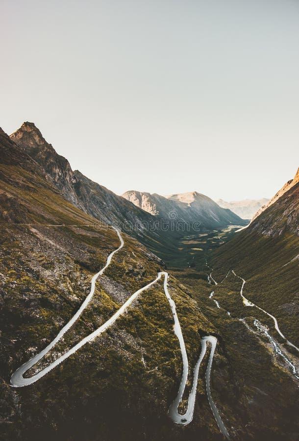 Дорога Trollstigen в серпентине гор Норвегии стоковые фото