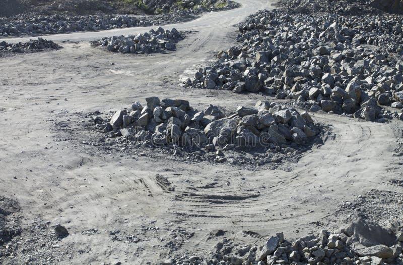 Дорога Unsurfaced через камни стоковые фотографии rf