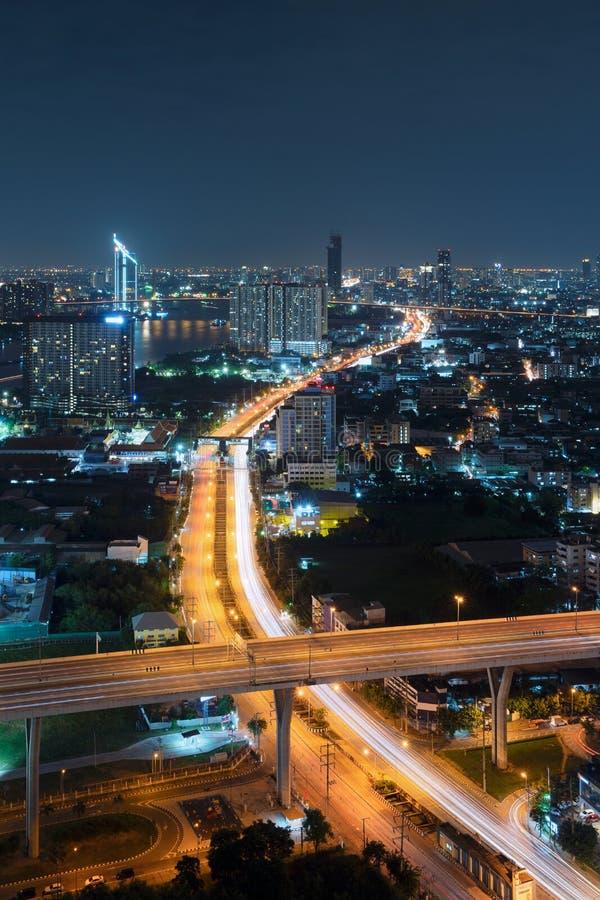 Дороги и шоссе в городе Бангкока на ноче в транспорте стоковая фотография rf