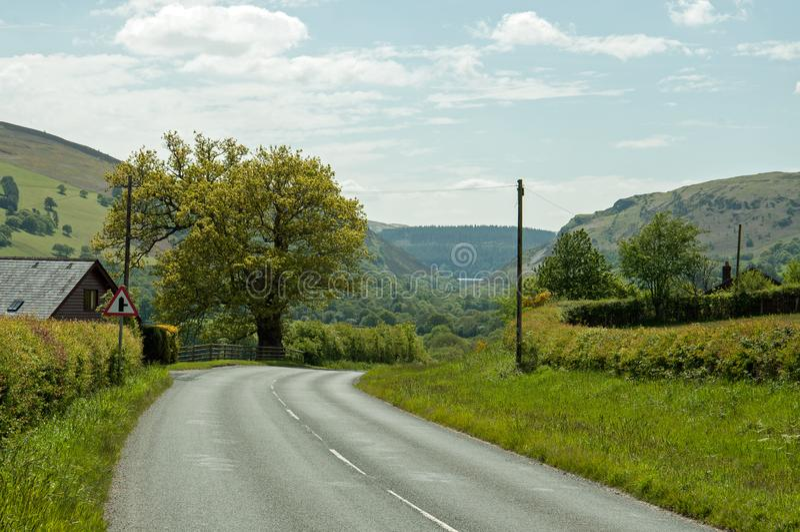 Дороги лета в долине Elan Powys, Уэльса стоковые изображения