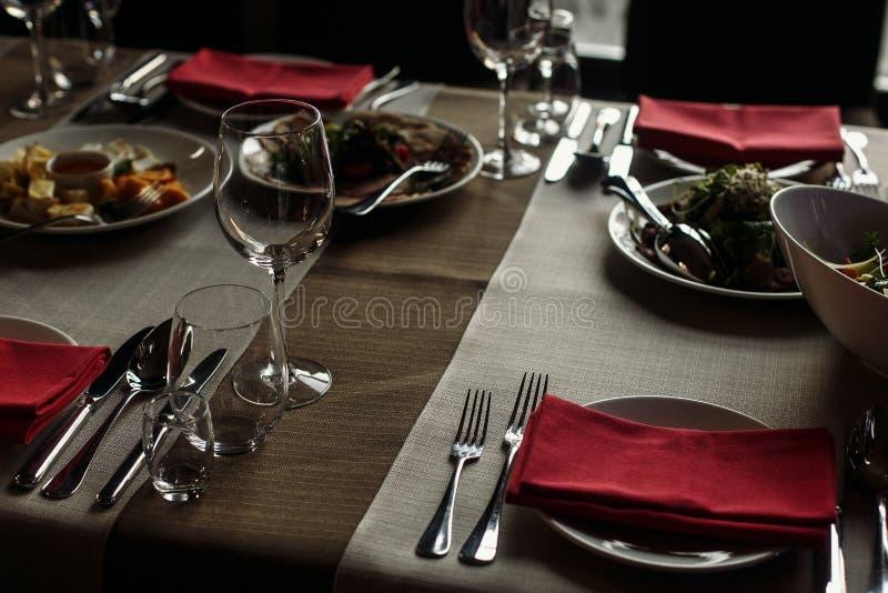 Дорогое ресторанное обслуживаниа на ресторане для торжеств роскошное glasse стоковые изображения