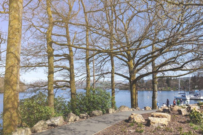 Дорожка берега озера около пристани Bowness на Bowness-на-Windermere, маленький город на банках Windermere в районе озера, Англии стоковая фотография rf