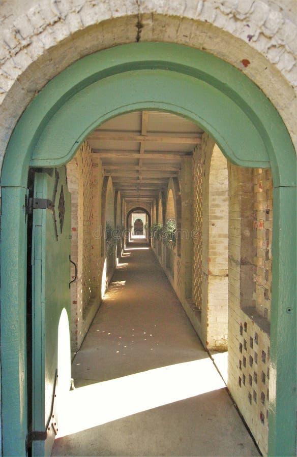 Дорожка вдоль внутреннего двора в Atalaya стоковое фото
