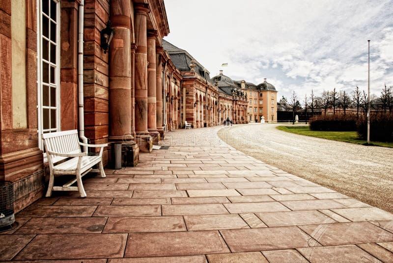 Дорожка дворца красного песчаника с строкой ровных столбцов стоковые изображения