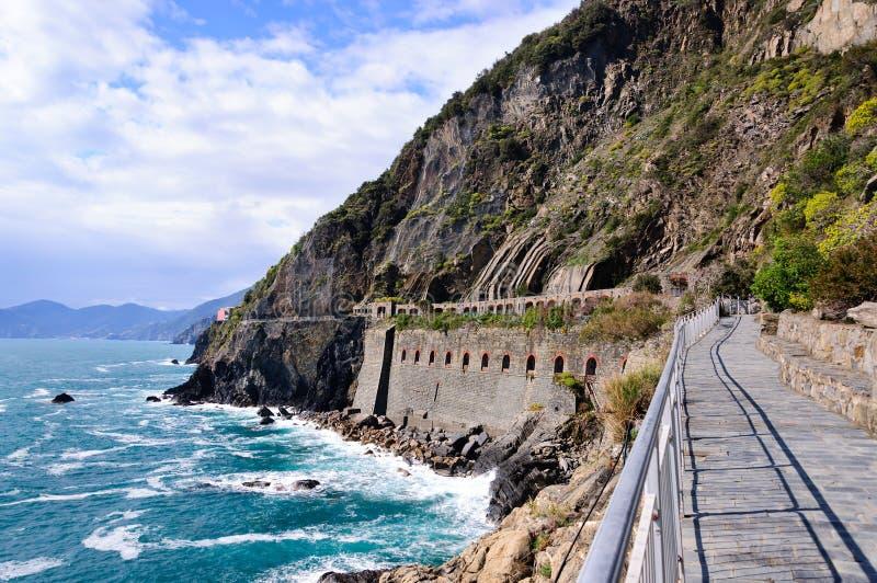 Дорожка вдоль береговой линии, через del Amore в национальном парке Cinque Terre стоковое фото rf