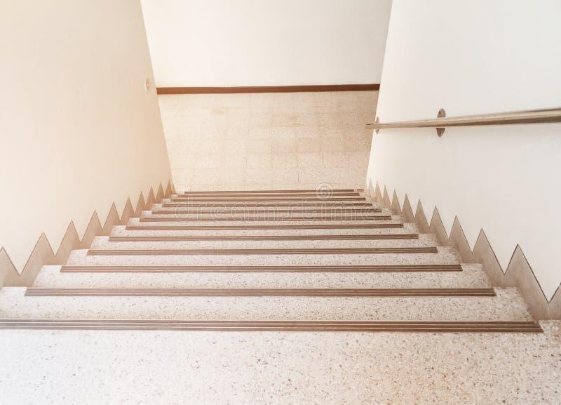 Дорожка лестниц вниз с настила terrazzo во внутреннем здании стоковые фотографии rf