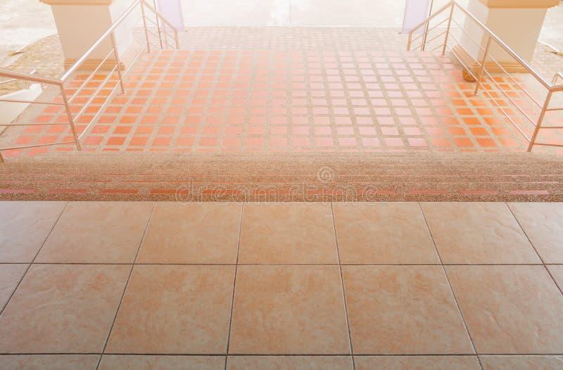 Дорожка лестниц вниз с terrazzo справляясь на открытом воздухе здание стоковая фотография rf