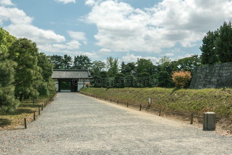 Дорожка между стенами дворца замка Nijo в Киото стоковая фотография