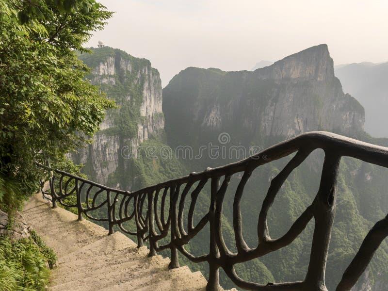 Дорожка на горе Tianmen, строб смертной казни через повешение скалы ` s рая на Zhangjiagie, провинции Хунань, Китае, Азии стоковое изображение rf