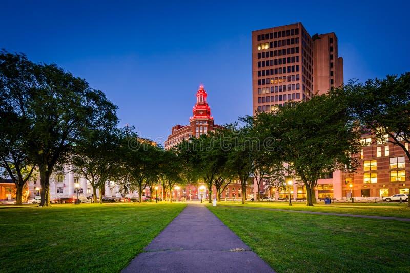 Дорожка на зеленом цвете New Haven и здания внутри к центру города на почти стоковое фото