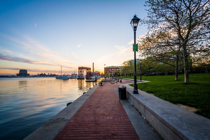 Дорожка на портовом районе на заходе солнца, в кантоне, Балтимор, Maryl стоковая фотография rf
