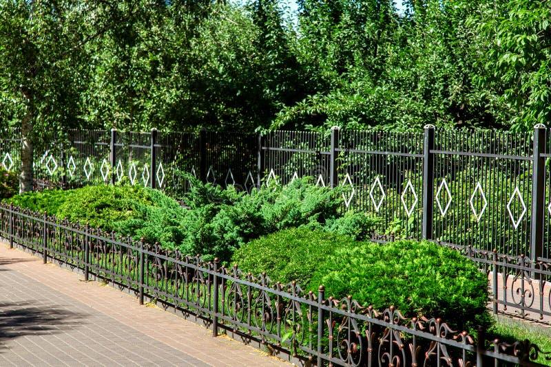 Дорожка с загородкой ограженной flowerbed чугунной стоковое фото