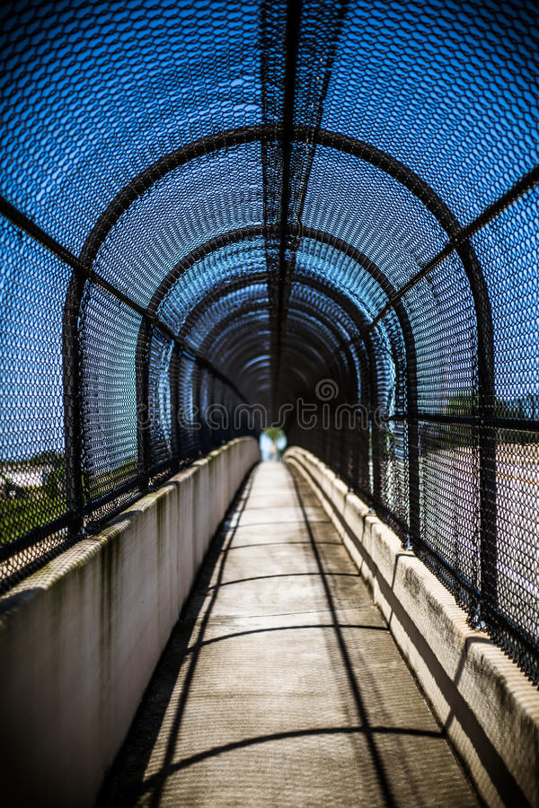 Дорожка тоннеля моста стоковые изображения