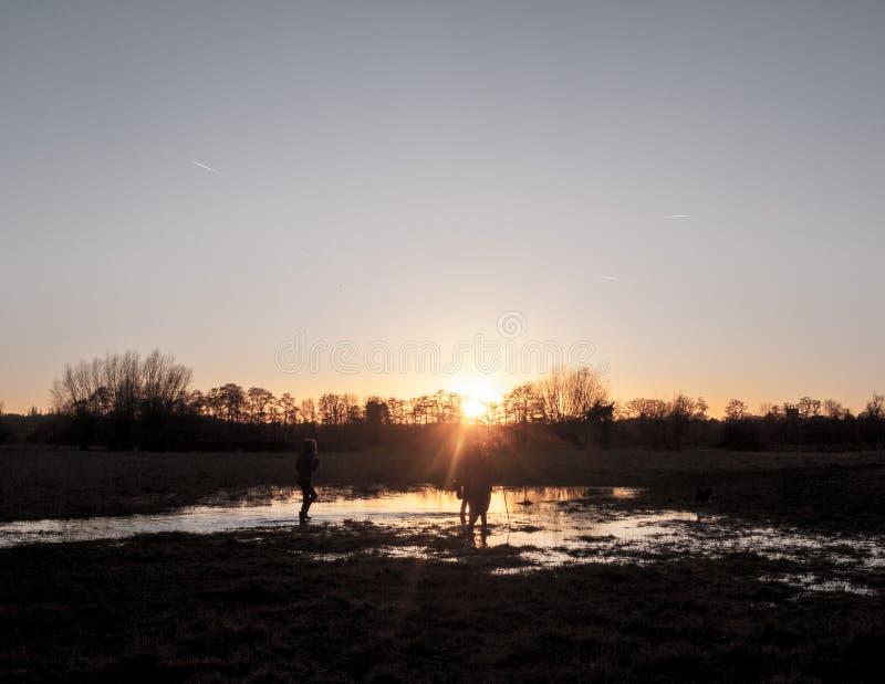 дорожки страны захода солнца dedham поля осени неба полузатопленной белое стоковое фото
