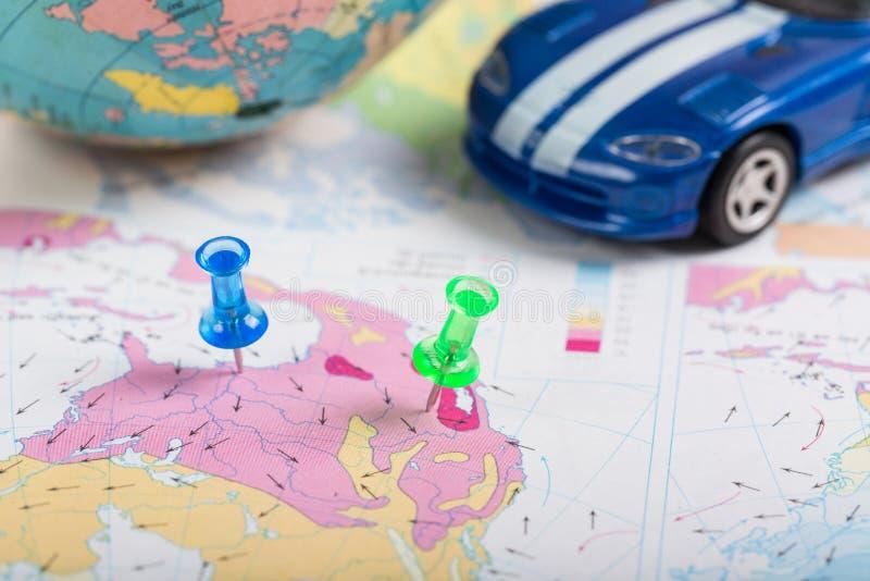 Дорожная карта, штырь нажима зеленого цвета положение назначения автомобилем на a стоковые изображения