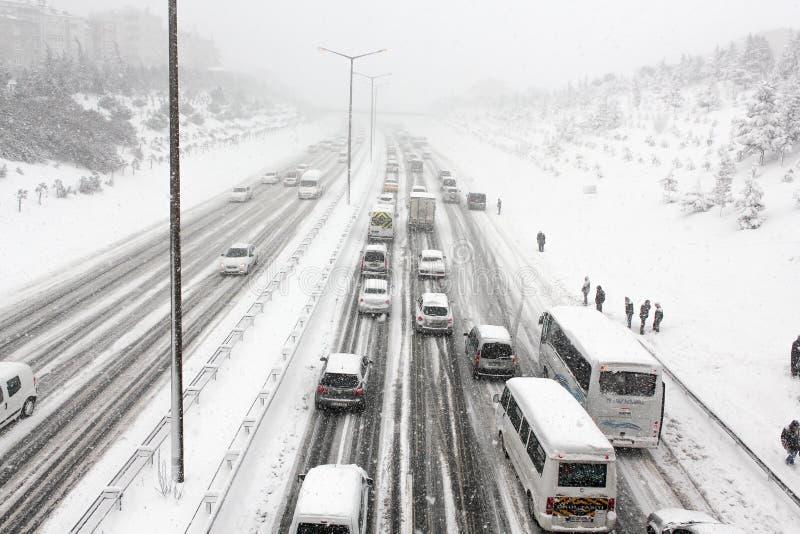 Дорожное движение города в зиме в Стамбуле Турции - движении в пурге стоковые фотографии rf