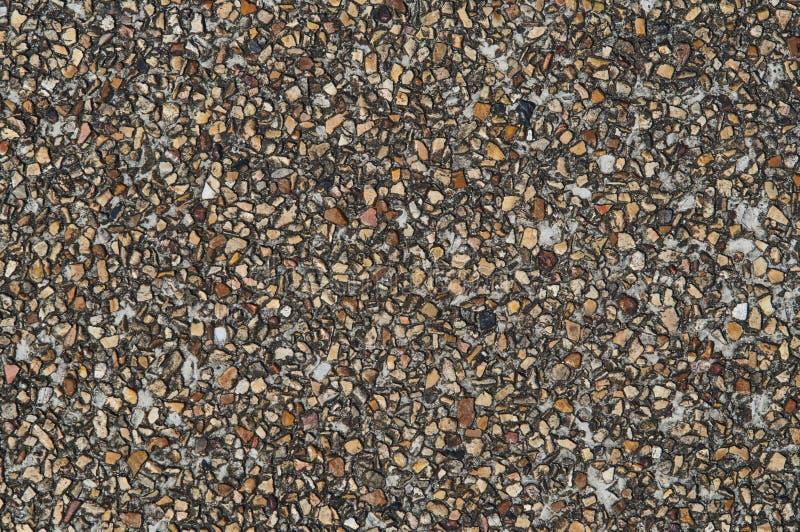 Дорожное покрытие небольших коричневых и бежевых камешков стоковое фото